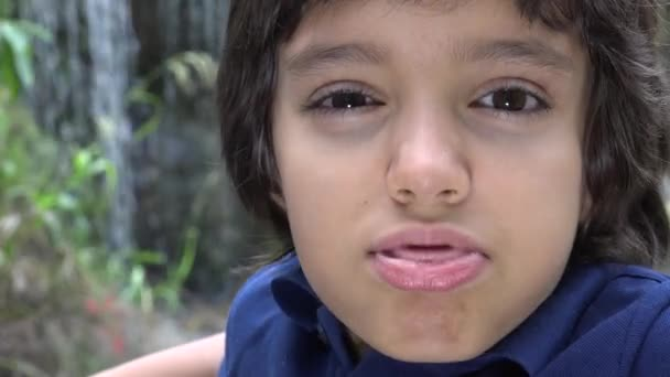 Nedospělý hispánské chlapce dělat ksichty