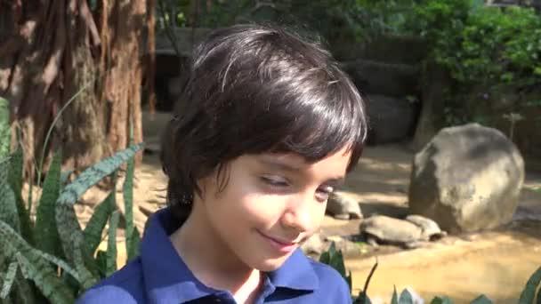 Nedospělý hispánské chlapce v Turtle exponát