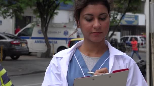 Young hispánské zdravotní sestra na klinice