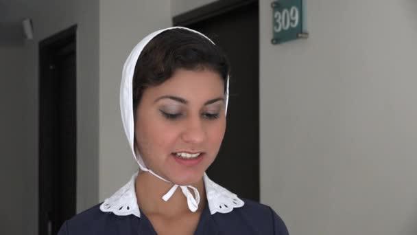 Hotel Maid glücklich und lächelnd