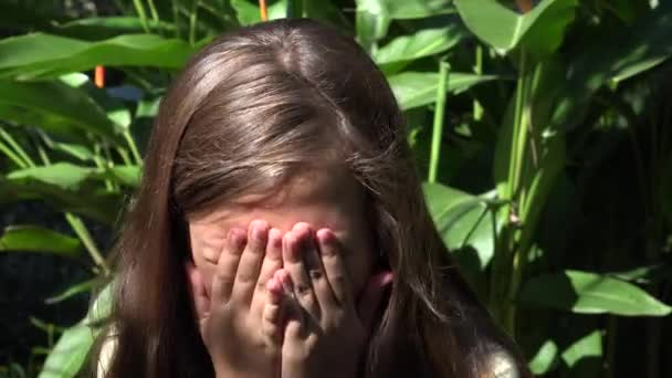 Plačící dítě ženského pohlaví na slunečný den