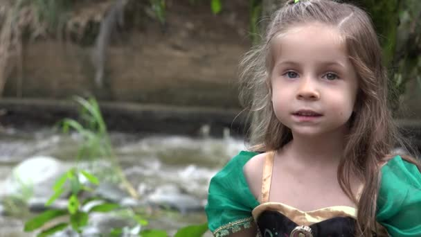 Prinzessin sitzt am Fluss