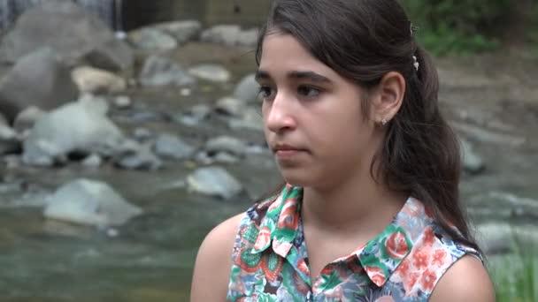 Feierliches Teenager-Mädchen am Fluss