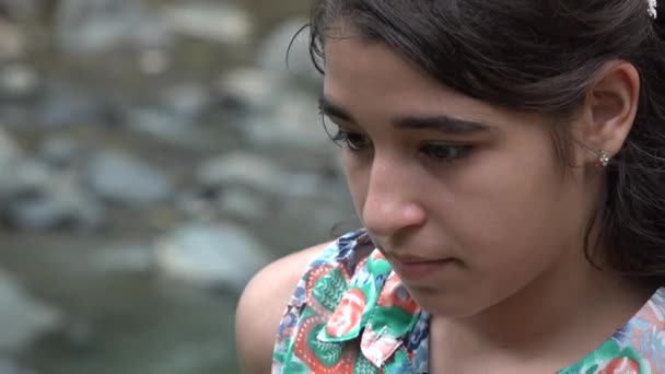 Trauriges Teenager-Mädchen in der Nähe des Flusses
