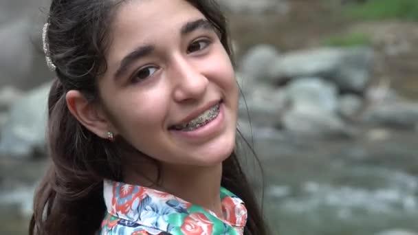 glückliches Teenager-Mädchen am Fluss