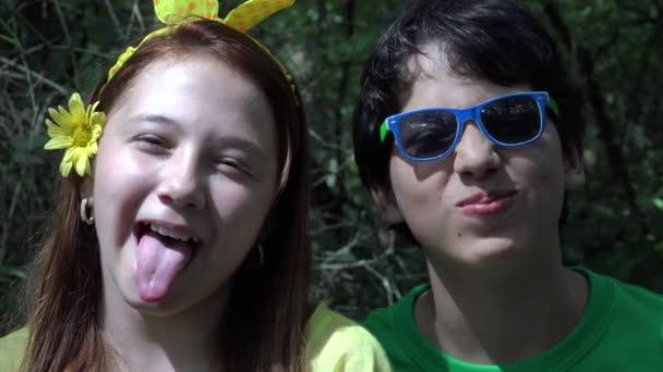 Teen Boy und Girl Acting Silly