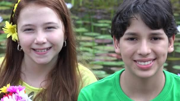 Happy dospívajícího přátelé a sourozenci