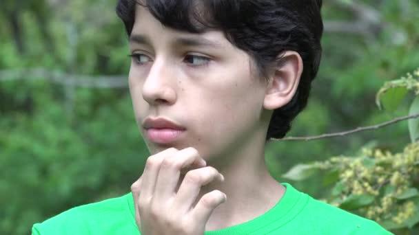 Zmatený dospívající chlapec v přírodě
