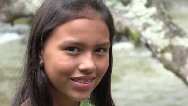 glückliches Mädchen mit Zahnspange