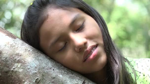 Unavená nebo ospalá dívka