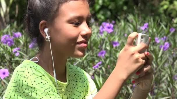 Nadšená dívka poslechu sluchátka