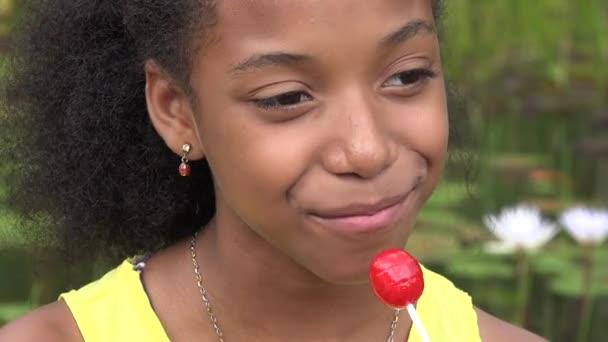 Dospívající dívka jíst lízátko