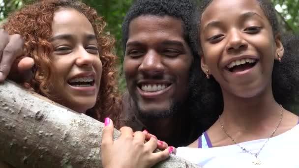 Africké přátele nebo rodinu smát