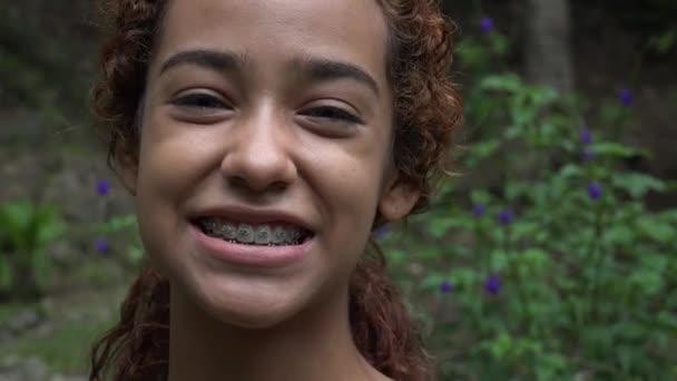 Teenager-Mädchen lächelt mit Zahnspange