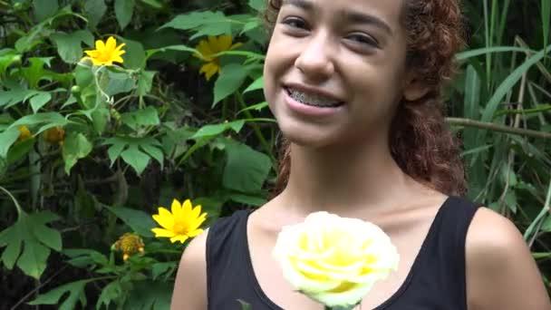 Glücklich Latina Girl mit Klammern