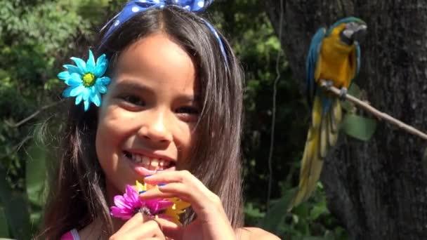 Mladá dívka s úsměvem poblíž papoušek