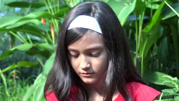 smutný a depresivní mladá dívka