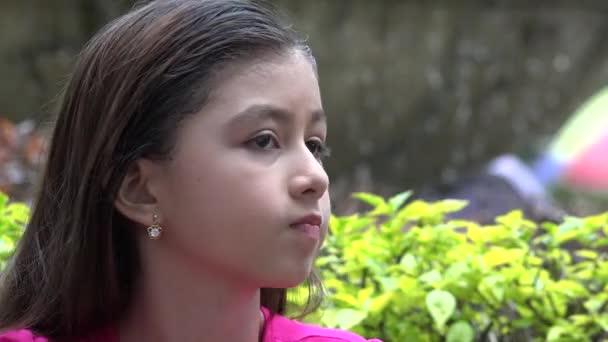 Mladá dívka žvýkat žvýkačky