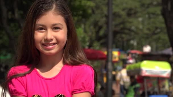 Nadšený mladá dívka v parku v létě