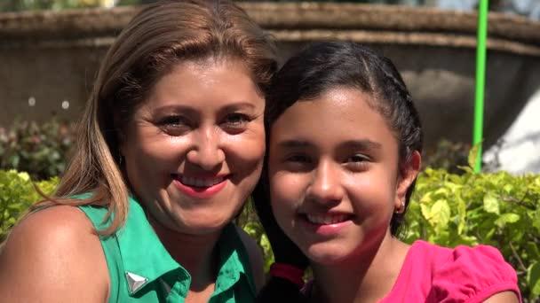 Hispánský matka a dcera v parku