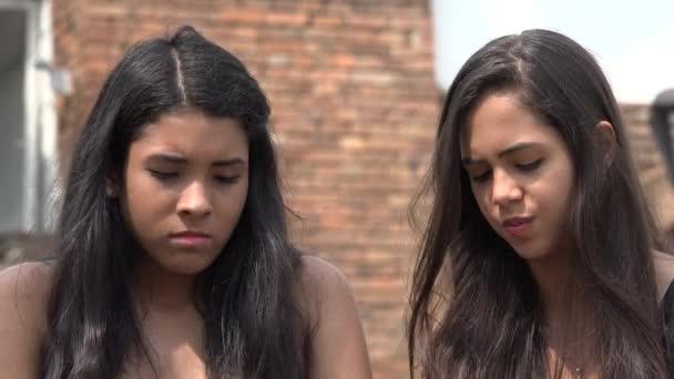Smutný hispánský dospívající dívky
