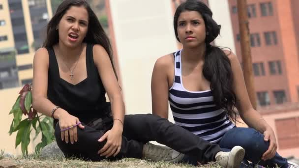 Teen dívky sedí a poslouchá