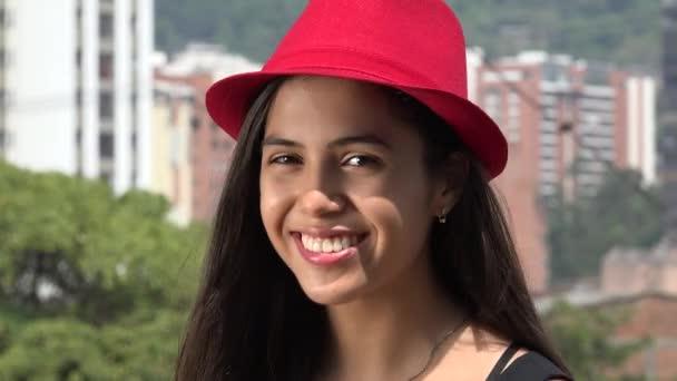Teen Mädchen posiert mit roten Hut