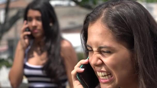 Teen dívky tvrdí, na mobil