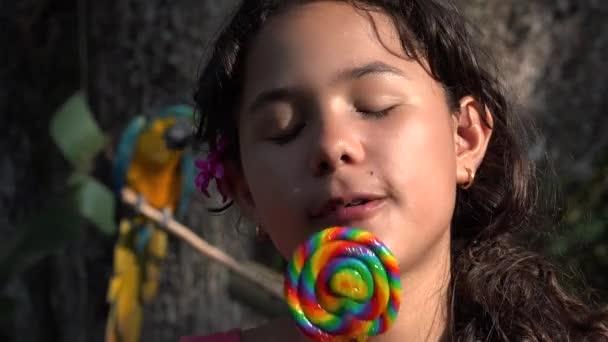 Teen hispánský dívka jíst lízátko