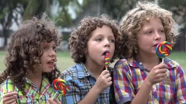 Bratři jíst lízátko Candy