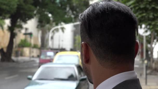Vážný muž čeká s provozem