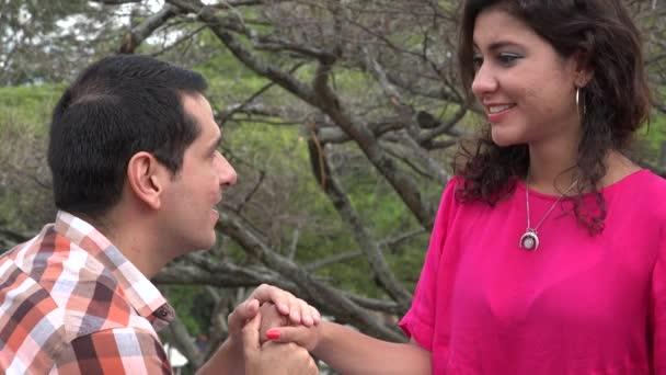 Donna accetta la proposta di matrimonio