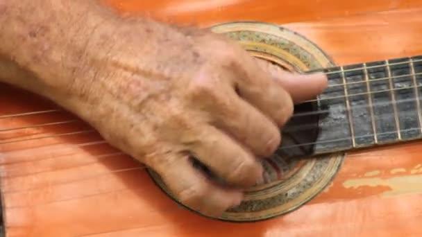 Akustická kytara Vybrnkává ruky