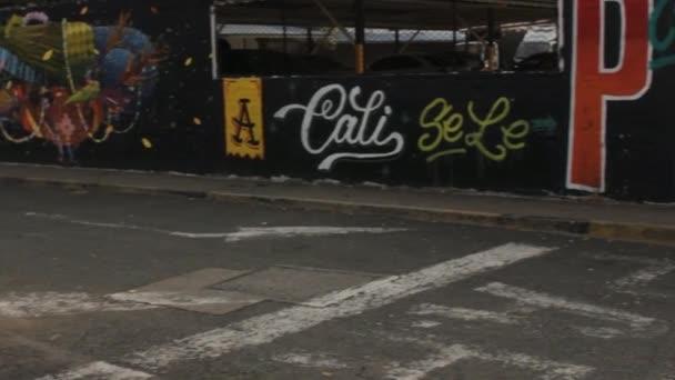 27. listopadu 2014 - Cali, Kolumbie - městské Graffiti a vandalismus