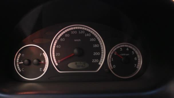 Otáčkoměru auto zrychluje pomalu