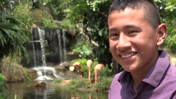 Šťastné Teen Boy poblíž vodopád