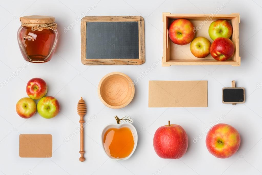 pizarra, manzanas y tarro de miel — Foto de stock © maglara #123841314