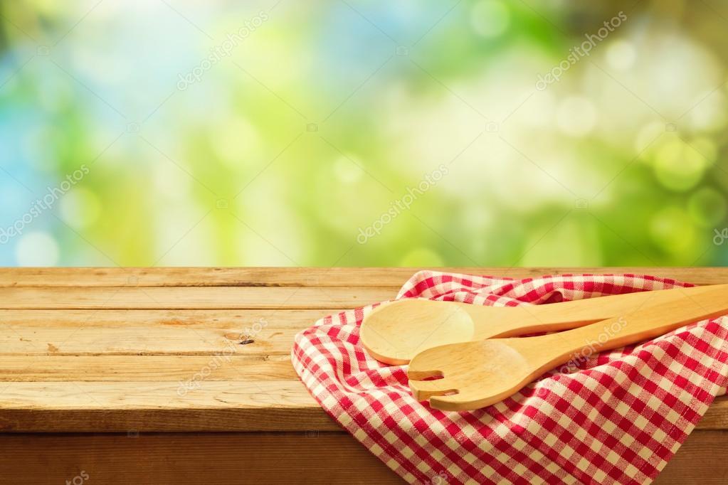 cocina al aire libre fondo con cucharas de madera — Fotos de Stock ...