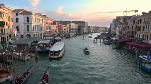 VENICE - JÚLIUS 23, 2018: Széles kilátás a Rialto hídról a Grand Canal mentén Velencében, Olaszországban a lenyugvó nap fényében