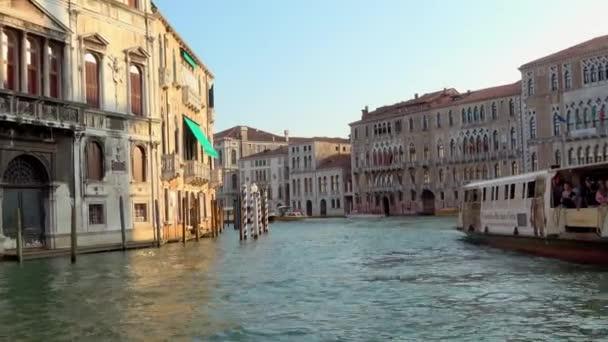 VENICE - JÚLIUS 24, 2018: Közeledő vízibuszok egy sarkon a Grand Canal, Velence, Olaszország. Stabilizált kilátás mozgó hajó elejéről.