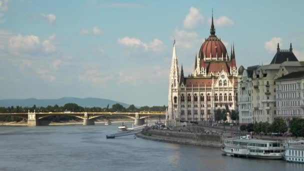 Gyönyörű kilátás a Magyar Parlament épületére és a Margit hídra, Budapest, Magyarország egy napsütéses napon.
