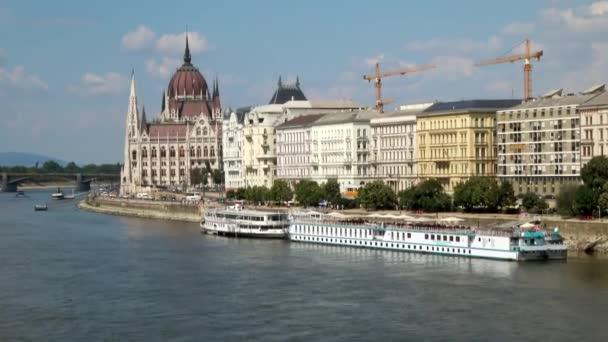 Kilátás a Parlament épületére a Széchenyi Lánchídról, Budapest, Magyarország egy napos napon.