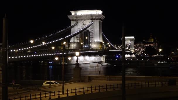 Éjszaka a Lánchíd alatt haladó sétahajó, Budapest. Lezárt kilövés..