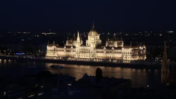 A Magyar Parlament épülete a Halászbástyáról nézve éjjel, Budapest.