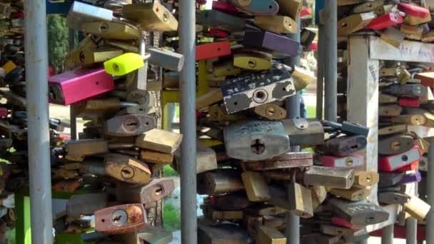 BUDAPEST - 21.2018: Love Locks on display in Erzsebet Square, Budapešť, Maďarsko za slunečného dne.