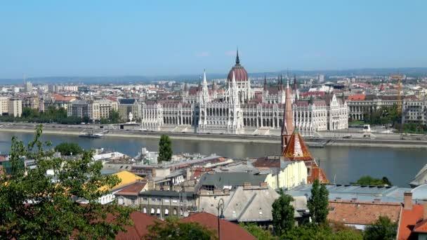 A Halászbástyáról, Budapest, Magyarország napsütéses napjain a Magyar Parlament épületéről készült széleskörű felvétel.
