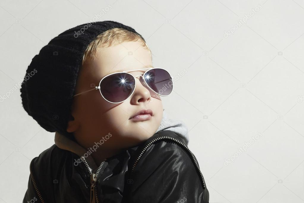 34c25c78867324 Modieuze jongetje in zonnebril. Child.Winter stijl. Kinderen mode. Poseren  weinig model