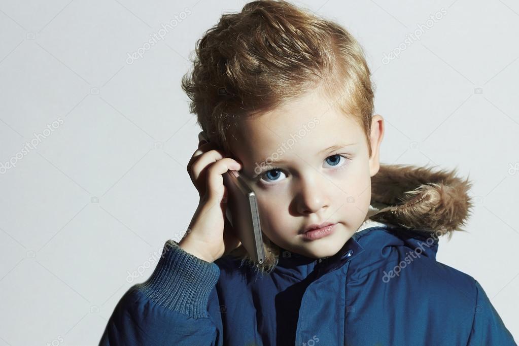 best loved 0ee26 4bbfe Kleiner Junge mit Handy. Moderne Kinder im Wintermantel ...