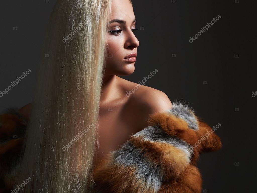 Сексуальная блондинка в шубе