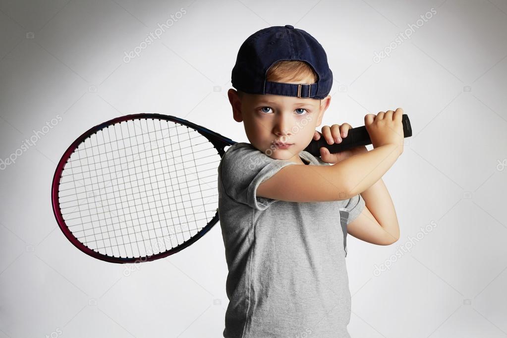 fa9bbc9552996 Petit garçon jouant Tennis. Sports enfants. Enfant avec Racket.healthy de Tennis  enfants — Image de ...